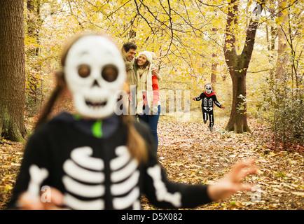 Kinder im Skelett Kostüme spielen im park - Stockfoto