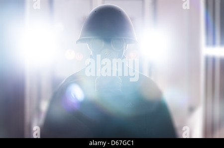 Ein Mann in Militärhelm und Gasmaske - Stockfoto