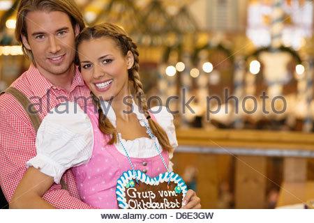 Junges Paar in der traditionellen bayerischen Tracht Oktoberfest München - Stockfoto