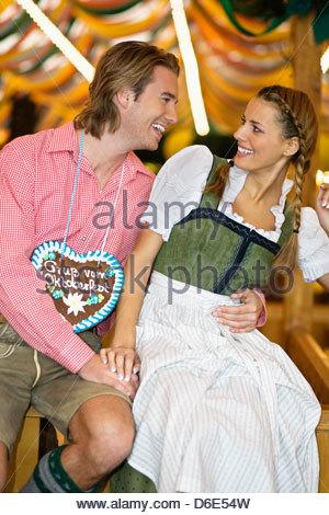 Junges Paar Flirt Oktoberfestes München - Stockfoto