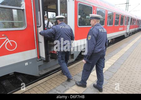 Flensburg, Deutschland, die föderale Polizei bei einer Kontrolle im Zug der Deutschen Bahn - Stockfoto