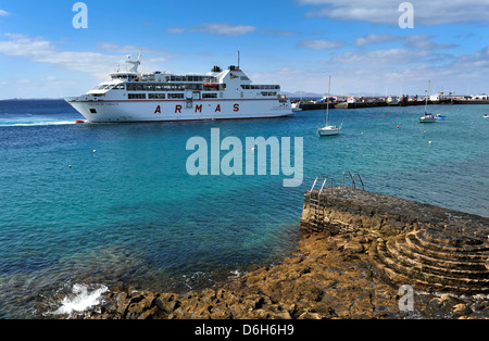 Lanzarote, Fuerteventura-Fähre, im Besitz der Naviera Armas Volcan De Tindaya in Playa Blanca auf Lanzarote kommt. - Stockfoto
