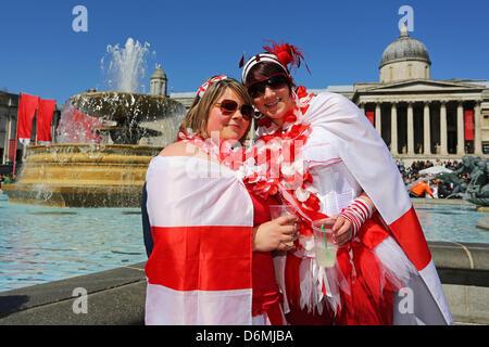 London, UK. 20. April 2013. Zwei Frauen gekleidet in England Fahnen und patriotischen Kostüme für St.-Georgs Tag - Stockfoto