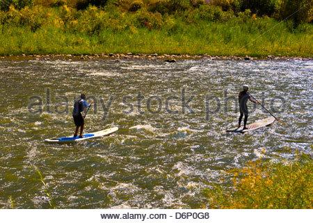 Stand up Paddle boarding auf dem Colorado River im Glenwood Canyon in der Nähe von Glenwood Springs, Colorado USA - Stockfoto