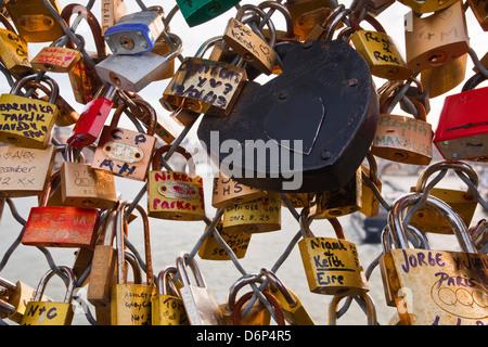 Liebesschlösser auf der Pont des Arts in Paris, Frankreich, Europa - Stockfoto