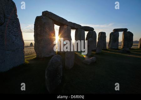 Großbritannien, England, Wiltshire, Stonehenge bei Sonnenuntergang - Stockfoto