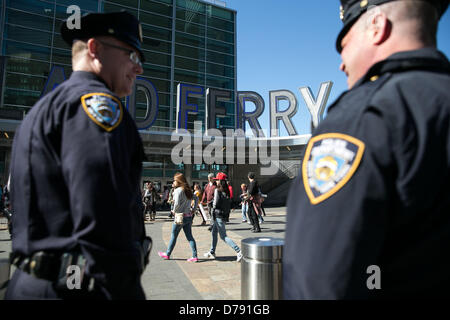 New York, USA. 1. Mai 2013. Das NYPD waren einerseits die Staten Island Ferry erwarten Demonstrationen. Bildnachweis: - Stockfoto
