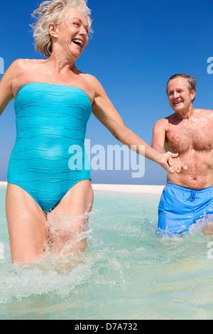 Älteres Paar Spaß im Meer am Strandurlaub - Stockfoto