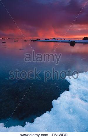 Winterlandschaft in der Abenddämmerung in Larkollen, Rygge Kommune, Østfold Fylke, Norwegen. - Stockfoto