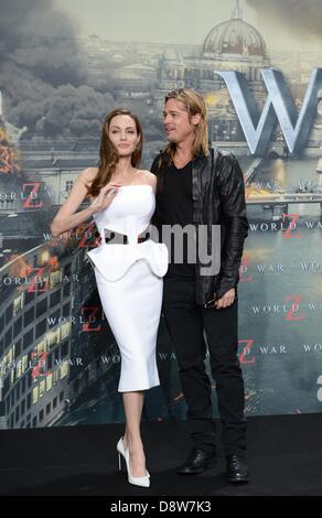 Berlin, Deutschland. 4. Juni 2013. US-Schauspielerin Angelina Jolie (L) und ihr Ehemann US-Schauspieler Brad Pitt - Stockfoto
