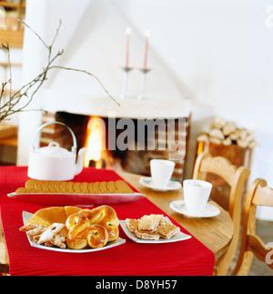 Kekse und Gebäck auf einem Tisch, Schweden. - Stockfoto