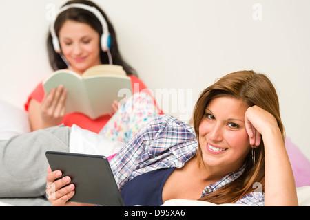 Beste Freunde ausruhen und lesen auf ihrem Zimmer - Stockfoto