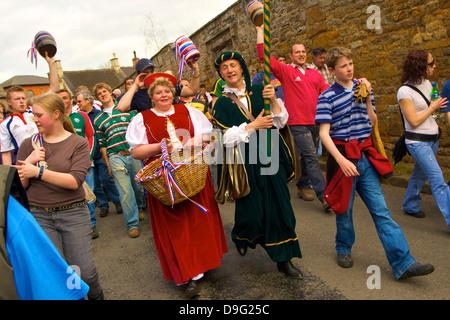 Führungskräften und Teilnehmern der Prozession für die alte jährliche Brauch der Flasche-treten, Hallaton, Leicestershire, - Stockfoto