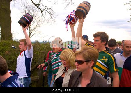 Teilnehmer der Prozession für die jährliche Brauch der Flasche-treten, Hallaton, Leicestershire, England, Vereinigtes - Stockfoto