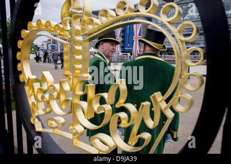 Offizielle Gatekeeper gesehen durch die Krone Gestaltung am Eingang während des jährlichen Royal Ascot Pferderennen - Stockfoto