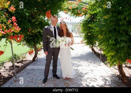 Porträt von Mitte Erwachsenen Braut und Bräutigam am Hochzeitstag - Stockfoto