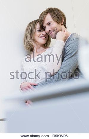 Liebespaar, Frau berühren das Gesicht des Mannes - Stockfoto