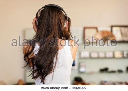 Mitte erwachsenen Frau tragen Kopfhörer und Tanz Rückansicht - Stockfoto