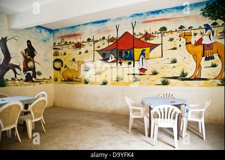 Wandbild von Kamelen und Touareg Zelte an Wand des Cafés, Timbuktu, Mali - Stockfoto