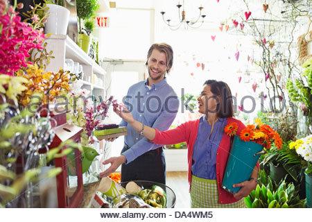 Weibliche Florist helfen männlichen Kunde im Blumengeschäft - Stockfoto