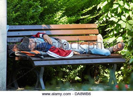 betrunken bettler schlafen auf einer bank mit einer flasche in der hand stockfoto bild. Black Bedroom Furniture Sets. Home Design Ideas