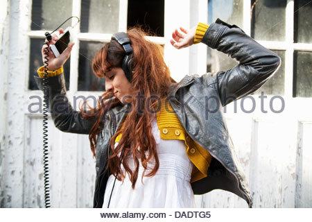 Junge Frau tragen Kopfhörer und Tanz - Stockfoto