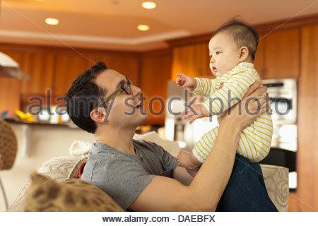 Nahaufnahme von Vater mit Tochter auf Sofa sitzen - Stockfoto