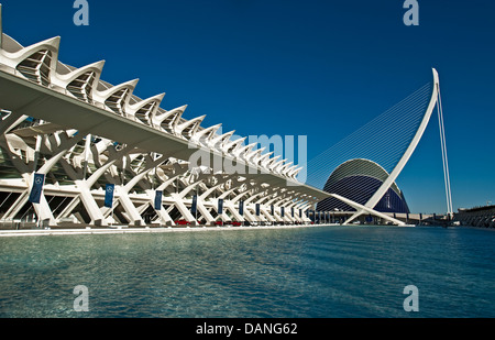 Valencias Stadt der Künste und Wissenschaften mit Prinz Felipe Museum der Wissenschaft an Links und Hemisferic Hängebrücke - Stockfoto