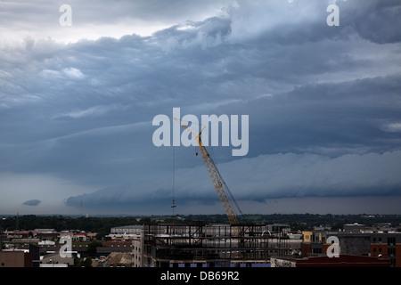 Gewitter über der Stadt. - Stockfoto