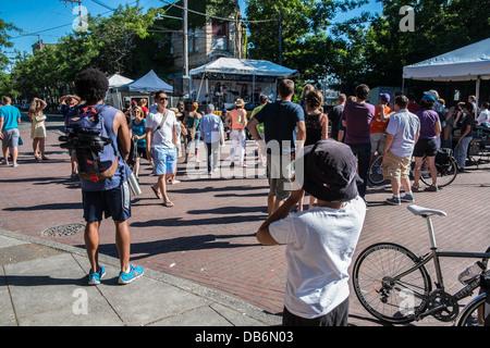 Menschen genießen im freien Musik bei Ballard Seafood Festival in Seattle - Stockfoto