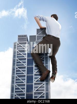 Übergroße Geschäftsmann Klettern Wolkenkratzer, niedrigen Winkel Ansicht - Stockfoto