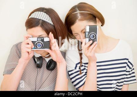 Zwei Frauen fotografieren - Stockfoto