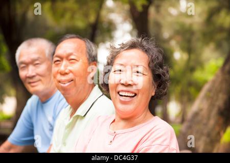 glücklich asiatischen Senioren im park - Stockfoto