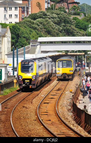 Ein Crosscountry express Personenzug übergibt ein First Great Western regional Nahverkehrszug in Dawlish Station - Stockfoto