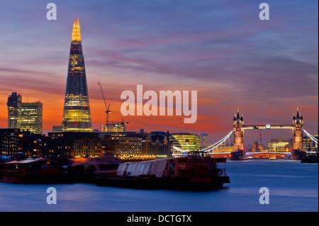 Sonnenuntergang auf der neuen Skyline von London Tower Bridge und der neue The Shard Wolkenkratzer. Langzeitbelichtung. - Stockfoto