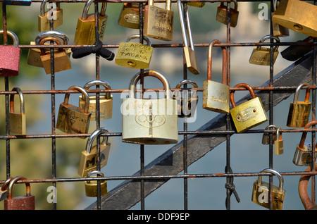 Liebesschlösser auf der Brücke Pont Neuf in Paris. - Stockfoto