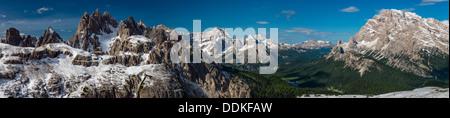 Panoramablick auf die Dolomiten mit Monte Cristallo, Monte Sorapis und Misurina See, Cadore, Veneto, Italien - Stockfoto