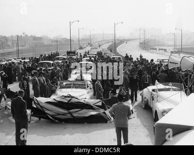 Autobahn öffnen, möglicherweise die Ventura Freeway in Los Angeles, Kalifornien, USA, Ende der 1940er Jahre. - Stockfoto