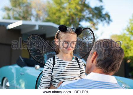 Vater umarmt Tochter Feenflügel - Stockfoto