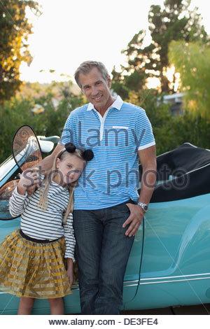 Vater mit Tochter in Feenflügel stehen - Stockfoto