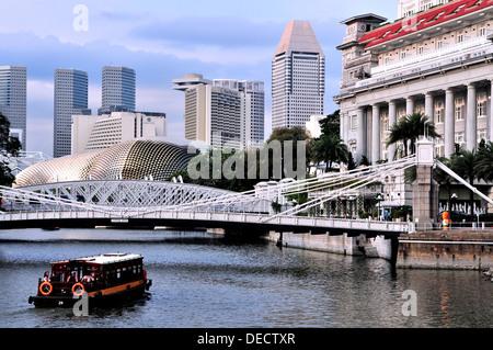 Flusskreuzfahrt entlang Singapore River - Stockfoto