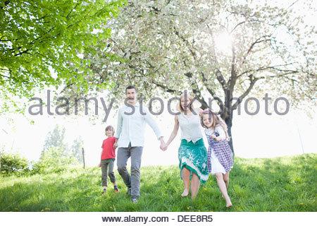 Familie im Park spielen - Stockfoto