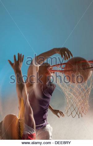 Verschwommene Sicht auf Basketballspieler dunking - Stockfoto