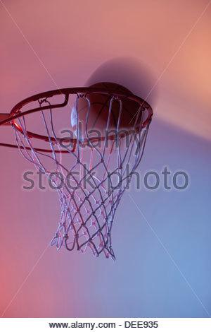 Basketball am Rand des hoop - Stockfoto