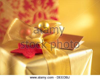 Weihnachtsgeschenke mit goldene Bänder - Stockfoto