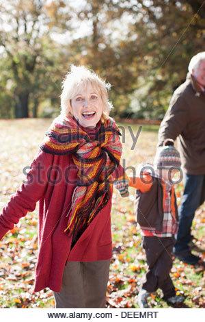 Großeltern spielen im Park mit Enkel - Stockfoto