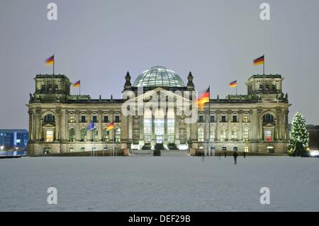 Bundestag (Reichstag) im Winter nachts mit Weihnachtsbaum - Stockfoto