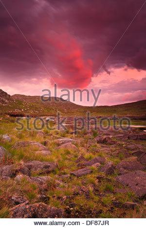 Bunter Abend der Himmel über der Insel Runde in die Kommune Herøy, Møre Og Romsdal, Norwegen. - Stockfoto