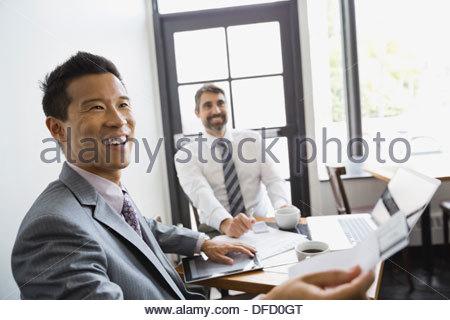 gesch ftsmann holding kreditkarte stockfoto bild. Black Bedroom Furniture Sets. Home Design Ideas