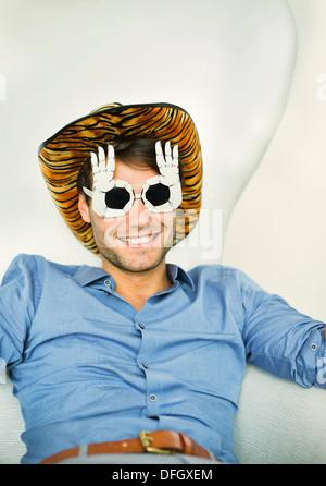 Lächelnder Mann mit albernen Brille - Stockfoto